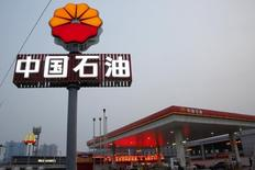 Автозаправочная станция PetroChina в Пекине. Китайская PetroChina Co Ltd, крупнейшая в Китае нефтегазовая компания, сообщила о резком снижении прибыли в первом полугодии из-за меньшего прироста спроса на продукты нефтепереработки, а также слабых цен на нефть и природный газ.  REUTERS/Kim Kyung-Hoon