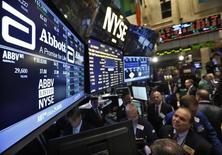 Operadores trabajando en la Bolsa de Nueva York. 10 de diciembre de 2012. Las acciones europeas subieron el miércoles, sostenidas por las alzas del sector bancario, mientras que el decepcionante resultado de Glencore arrastraba a los papeles de compañías mineras a la baja. REUTERS/Brendan McDermid/File Photo