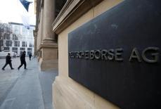 Deutsche Börse et le London Stock Exchange ont dit jeudi avoir soumis leur projet de fusion de 29 milliards de dollars (25,7 milliards d'euros) à la Commission européenne en vue d'avoir le feu vert de cette dernière. /Photo d'archives/REUTERS/Alex Domanski