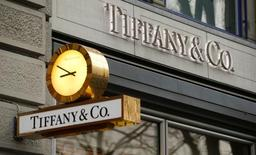 Tiffany a vu ses ventes du deuxième trimestre à périmètre comparable fléchir plus que les analystes ne l'anticipaient en raison d'une diminution de la fréquentation touristique et d'un dollar fort. Le joaillier a fait état d'une baisse des ventes de 8% des boutiques ouvertes depuis plus d'un an sur le trimestre clos le 31 juillet. /Photo d'archives/REUTERS/Arnd Wiegmann