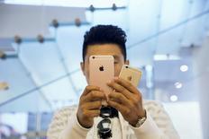 Un hombre se toma una fotografía con un celular Iphone 6 de Apple, en una tienda de la compañía en Pekín, China. 25 de septiembre de 2015. Usuarios de los teléfonos avanzados iPhone 6 y iPhone 6 Plus demandaron al fabricante Apple Inc en Estados Unidos porque afirman que un error de diseño hace que las pantallas táctiles de los aparatos no respondan, por lo que no pueden usarlos. REUTERS/Damir Sagolj/File Photo