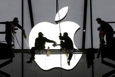 La Commission européenne rendra mardi une décision invalidant les arrangements fiscaux de l'Irlande avec Apple, rapportent des sources proches du dossier, l'une d'elles précisant qu'il sera ordonné à Dublin de récupérer plus d'un milliard d'euros d'arriérés d'impôts. /Photo d'archives/REUTERS/Chance Chan