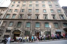 Desempregados fazem fila em frente a casa de caridade no centro de São Paulo. 08/03/2016 REUTERS/Paulo Whitaker