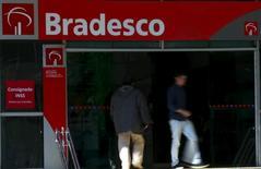 Pessoas passam em frente à agência do banco Bradesco no centro de São Paulo  18/06/2015 REUTERS/Paulo Whitaker