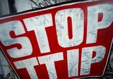 Un graffiti de un cartel contra el acuerdo TTIP fotografiado en Fráncfort, Alemania. 21 de julio de 2016. Francia expresó el martes serias dudas sobre las perspectivas de un acuerdo de libre comercio entre la Unión Europea y Estados Unidos, sumándose a la oposición que existe dentro de Alemania, tan sólo dos meses después de que los líderes de estos países reafirmaran su apoyo al pacto. REUTERS/Ralph Orlowski