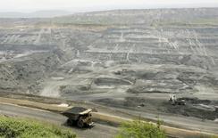 Un camión minero transporta carbón en la mina Cerrejón, cerca de Barrancas, en la provincia de Guajira, Colombia. 24 de mayo de 2007. Cerrejón, la principal productora de carbón de Colombia, reanudó sus exportaciones después de una paralización de cuatro días por el mandato de una autoridad ambiental que había ordenado suspender las operaciones de transporte y cargue en su puerto por un aumento de las emisiones de polvillo del mineral, informó el miércoles la empresa. REUTERS/Jose Miguel Gomez