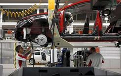 La actividad manufacturera española se estancó en agosto al crecer al menor ritmo en más de dos años y el empleo manufacturero aumentó a su menor tasa en 27 meses, mostró el jueves un sondeo. En la imagen de archivo, un empleado en una fábrica de SEAT en Martorell, Barcelona.  REUTERS/Gustau Nacarino/File Photo
