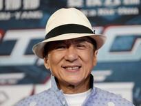 """El actor Jackie Chan posa para las cámaras durante el anuncio del inicio de la producción de la película """"Bleeding Steel"""" en Sídney, Australia. 28 de julio de 2016. El actor y experto en artes marciales Jackie Chan recibirá un premio Oscar por su trayectoria, informó el jueves la Academia de Artes y Ciencias Cinematográficas. REUTERS/Jason Reed/Files"""