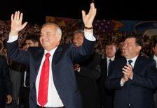 Премьер-министр Узбекистана Шавкат Мирзиёев хлопает танцующему Исламу Каримову во время празднования Дня Независимости в Ташкенте. 31 августа 2007 года. REUTERS/Shamil Zhumatov