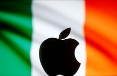El Gobierno irlandés acordó el viernes unirse a Apple en su apelación contra una sanción multimillonaria que la Comisión Europea impuso al fabricante del iPhone, a pesar de los recelos entre los miembros independientes del gabinete. En la imagen, un logo de Aplle impreso en 3D frente a una imagen de la bandera irlandesa en una ilustración tomada el 2 de septiembre de 2016. REUTERS/Dado Ruvic/Illustration
