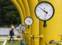 Датчики давления на газохранилище Дашава близ города Стрый 28 мая 2015 года. Киев и Еврокомиссия надеются на возобновление трехсторонних переговоров c Москвой о  поставках российского газа на Украину для бесперебойного прохождения отопительного сезона в Европе, однако Минэнерго РФ не видит такой необходимости в условиях низких цен на топливо. REUTERS/Gleb Garanich