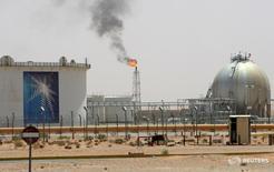 Месторождение нефти Khurais в Саудовской Аравии 23 июня 2008 года. Россия и Саудовская Аравия договорились в понедельник о совместных действиях для стабильности на рынке нефти, следует из совместного заявления Москвы И Эр-Рияда. REUTERS/Ali Jarekji/File Photo