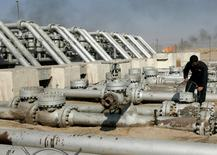En marge du G20 en Chine, l'Arabie saoudite et la Russie ont décidé de former un groupe de travail chargé d'examiner la situation du marché du pétrole et de recommander des mesures et des initiatives pour garantir sa stabilité. /Photo d'archives/REUTERS/Mohammed Ameen