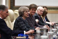 Los líderes de las principales economías del mundo acordaron el lunes en una cumbre en China coordinar políticas macroeconómicas y rechazar el proteccionismo, aunque ofrecieron pocas medidas concretas para afrontar los desafíos a la globalización y el libre comercio. En la imagen, la primera ministra británica Theresa May (2ª por la izquierda) se reúne con el presidente chino Xi Jinping (no visible en la foto) en los márgenes de la cumbre G20, en Hangzhou, provincia de Zhejiang, China, 5 septiembre de 2016. REUTERS/Etienne Oliveau/Pool