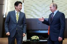 Президент России Владимир Путин (справа) и японский премьер Синдзо Абэ на встрече в Сочи 6 мая 2016 года. СССР был готов вернуть Японии два из четырех тихоокеанских островов, которые остаются в центре территориального спора, но Токио отклонил предложение, сказал в понедельник Путин. REUTERS/Pavel Golovkin/Pool