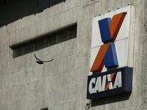 Imagem mostra o logo da Caixa Econômica Federal em banco no centro do Rio de Janeiro 20/08/2014 REUTERS/Pilar Olivares