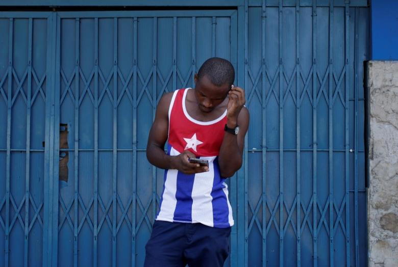 A man uses the internet via public Wi-Fi in Havana, Cuba, September 5, 2016. REUTERS/Enrique de la Osa