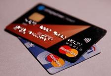 Les détenteurs de cartes MasterCard pourront utiliser le système de paiement de PayPal en magasin. PayPal, qui avait déjà noué un partenariat semblable avec Visa en juillet, permettra à ses utilisateurs de choisir une carte de crédit ou de débit comme méthode de paiement par défaut. /Photo prise le 9 juin 2016/REUTERS/Maxim Zmeyev