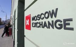 Логотип Московской биржи на её здании в Москве 14 марта 2014 года. Российскому рынку акций во вторник удался рост, и индекс РТС достиг максимума с мая 2015 года, в отсутствие внешних поддерживающих факторов, а лучше остальных в сегменте наиболее ликвидных бумаг впервые за долгое время оказались акции Газпрома. REUTERS/Maxim Shemetov