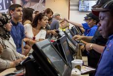 Clientes en un restaurante de la cadena de comida rápida en Nueva York, jul 23, 2015. El sector de servicios de la economía de Estados Unidos se expandió en agosto a su ritmo más lento en seis años y medio, lo que apunta a un crecimiento aún más bajo que debilita las apuestas a que la Reserva Federal subirá sus tasas de interés este mes.   REUTERS/Brendan McDermid
