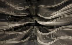 La Commission européenne veut stimuler le déploiement de connexions haut débit dans l'ensemble des pays de l'Union européenne en assouplissant les règles qui imposent aux opérateurs télécoms d'ouvrir leurs réseaux à la concurrence. /Photo d'archives/REUTERS/Sergio Perez