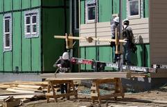 """L'économie américaine s'est développée à un rythme modeste en juillet et en août et les pressions sur les salaires semblent cantonnées aux emplois hautement qualifiés, écrit la Réserve fédérale dans son """"livre beige"""" publié mercredi. /Photo prise le 30 août 2016/REUTERS/Rick Wilking"""