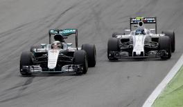 Lewis Hamilton ultrapassa Valtteri Bottas em Monza.  4/9/16.  Reuters / Max Rossi