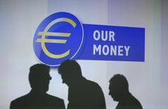 Люди на презентации новых банкнот валюты евро во Франкфурте-на-Майне 13 января 2014 года. Акции Европы торговались без резких колебаний в начале торгов четверга, а основной индекс региона удерживался вблизи восьмимесячных пиков, в то время как многие инвесторы сфокусировались на заседании Европейского центробанка позднее сегодня. REUTERS/Ralph Orlowski