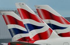 IAG, la matriz de British Airways e Iberia, no está buscando activamente adquisiciones en este momento, aunque otras aerolíneas están interesadas en unirse al grupo y cabe esperar consolidación en el sector, dijo el jueves su consejero delegado. En la imagen, el logo de British Airways se ve en las colas de aviones en el aeropuerto de Heathrow Airport, en el oeste de Londres, el 12 de mayo de 2011.  REUTERS/Toby Melville/File Photo