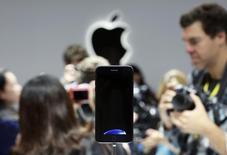 El iPhone 7 mostrado durante un evento de Apple para los medios en San Francisco, California, Estados Unidos. 7 de septiembre de 2016. Apple Inc no dará a conocer las ventas del recién anunciado iPhone 7 en su primer fin de semana en el mercado, dijo una portavoz de la compañía. REUTERS/Beck Diefenbach