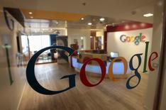 Логотип Google в офисе компании в Тель-Авиве 26 января 2011 года. Компания Google, принадлежащая Alphabet Inc, сообщила в четверг, что приобретет разработчика облачного ПО Apigee Corp в рамках сделки оценочной стоимостью около $625 миллионов. REUTERS/Baz Ratner/File Photo