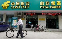 Отделение Postal Savings Bank of China в Ухане 4 мая 2012 года. Государственный Postal Savings Bank of China (PSBC) планирует привлечь до $8,2 миллиарда в рамках IPO в Гонконге и начнет принимать заказы от инвесторов на следующей неделе, после определения ценового диапазона, сообщило подразделение Thomson Reuters IFR в пятницу. REUTERS/Stringer/File Photo