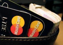 Quelque 46 millions de personnes en Grande-Bretagne pourraient être les bénéficiaires d'une action en justice contre Mastercard, dans laquelle il est réclamé 14 milliards de livres (16,5 milliards d'euros) de dommages et intérêts au numéro deux mondial des cartes de crédit et de débit. Ce dernier est accusé d'avoir facturé des tarifs excessifs pendant 16 ans, entre 1992 et 2008, selon des documents transmis jeudi au Competition Appeal Tribunal (CAT), l'instance d'appel des dossiers de concurrence en Grande-Bretagne. /Photo d'archives/REUTERS/Jonathan Bainbridge