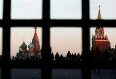Красная площадь, Покровский собор и Спасская башня Кремля в Москве 18 сентября 2014 года. Министерство финансов России рассчитывает удержать дефицит бюджета в 2016 году на уровне 3,2 процента ВВП, сказал замминистра Алексей Лавров. REUTERS/Maxim Zmeyev