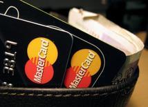 Кредитки MasterCard на фотоиллюстрации, сделанной 8 декабря 2010 года. Около 46 миллионов жителей Великобритании могут претендовать на получение компенсаций в рамках иска на 14 миллиардов фунтов ($19 миллиардов) к Mastercard, следует из документов, направленных в суд в Лондоне. REUTERS/Jonathan Bainbridge/Illustration/File Photo