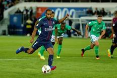 Lucas Moura, do Paris St. Germain, marca de pênalti em partida contra o St. Etienne, em Paris 09/09/2016 REUTERS/Benoit Tessier