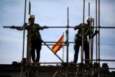 El coste por hora trabajada creció en España un 0,2 por ciento interanual en el segundo trimestre del año en datos desestacionalizados, y acumula ya casi tres años consecutivos al alza, dijo el lunes el Instituto Nacional de Estadística (INE). En la imagen de archivo, dos trabajadores en un andamio en Sevillla. REUTERS/Marcelo del Pozo/File
