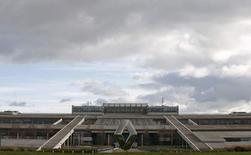 Renault a ouvert lundi une chaire avec l'Ecole centrale de Nantes pour améliorer la performance de la propulsion des véhicules électriques, un domaine où le constructeur français demeure leader en Europe avec 27% du marché. Dotée de 4,6 millions d'euros, cette chaire fera travailler les équipes de l'entreprise pendant cinq ans avec une trentaine de chercheurs de l'école d'ingénieurs nantaise.REUTERS/Philippe Wojazer/File Photo