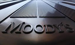 Логотип Moody's на здании в Нью-Йорке. 2 августа 2011 года. Качество активов российских банков улучшится в 2017 году, когда страна выйдет из рецессии, сообщило рейтинговое агентство Moody's в понедельник. REUTERS/Mike Segar