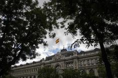 El Tesoro español colocó el martes 4.574 millones de euros en Letras a seis y doce meses a tipos negativos, y en el caso de la referencia a más corto plazo, registró un mayor margen negativo respecto a la anterior subasta de agosto. En la imagen de archivo, la bandera española ondea en la sede del Banco de España en Madrid, REUTERS/Andrea Comas