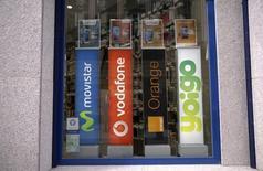 Tras varios años de fuerte competencia, la cuota de mercado de Telefónica en el negocio móvil cayó este verano por primera vez desde el lanzamiento de estos servicios por debajo de la cota del 30 por ciento. En la imagen, logos de los principales operadores de telefonía móvil en una tienda en el centro de Madrid, el 31 de marzo de 2016. REUTERS/Andrea Comas