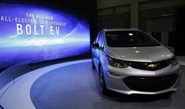 General Motors a annoncé mardi que son modèle de voiture électrique Chevrolet Bolt EV afficherait une autonomie maximale de 238 miles (383 km), légèrement supérieure à celle promise par la future Model 3 de son concurrent Tesla. /Photo prise le 29 janvier 2016/REUTERS/Gary Cameron