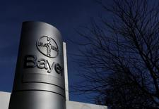 El logo de Bayer AG en una de sus plantas en Wuppertal, Alemania.  24 de febrero de 2014. El grupo alemán de químicos y cuidado de la salud Bayer ganó el respaldo de la gerencia de Monsanto para adquirir a la compañía de semillas estadounidense con una oferta de 128 dólares por acción, dijo el miércoles a Reuters una persona familiarizada con el asunto. REUTERS/Ina Fassbender/File Photo