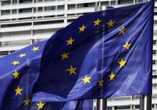 """En la imagen de archivo, banderas de la UE en la sede de la Comisión Europea, en Bruselas. El presidente de la Comisión Europea, Jean-Claude Juncker, presentó el miércoles un plan para ofrecer roaming y WiFi gratuito en las ciudades de toda la Unión Europea, en un intento por captar apoyo popular para un bloque golpeado por el """"Brexit"""". REUTERS/Thierry Roge"""