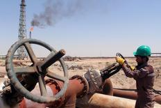 Рабочий проверяет вентиль трубы НПЗ Al-Sheiba в Басре, Ирак. Цены на нефть увеличили потери в среду, упав более чем на 1 процент, после того как данные о сильном росте запасов дистиллятов в США на прошлой неделе перевесили неожиданное снижение запасов нефти. REUTERS/Essam Al-Sudani/File Photo