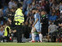 Britain Soccer Football - Manchester City v Borussia Monchengladbach - UEFA Champions League Group Stage - Group C - Etihad Stadium, Manchester, England - 14/9/16 Manchester City's Sergio Aguero with an ice pack on his leg Action Images via Reuters / Carl Recine Livepic