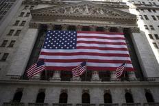 La Bourse de New York a terminé en léger recul en mercredi, malgré la bonne tenue du secteur technologique mené par Apple, sous le coup du repli du pétrole et dans un climat de spéculations autour de la prochaine hausse des taux de la Fed. Le Dow Jones a effacé ses gains en fin de séance et terminé en baisse de 0,18% à 18.034,77 points. Le S&P-500, plus large, a perdu 0,06% mais le Nasdaq Composite a pris 0,36%. /Photo d'archives/REUTERS/Carlo Allegri