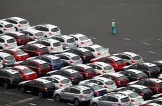 Port de Kawasaki. La fédération japonaise des constructeurs automobiles a nettement réduit sa prévision de ventes de voitures neuves pour l'année fiscale en cours au Japon en invoquant le report de la hausse de la TVA initialement prévue en avril prochain./Photo prise le 14 septembre 2016/REUTERS/Toru Hanai