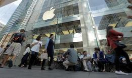 Devant l'Apple Store de Sydney. Les stocks initiaux d'iPhone 7 Plus mis à disposition avant le lancement commercial, vendredi, de la dernière version du produit phare d'Apple sont épuisés partout dans le monde, /Photo prise le 15 septembre 2016/REUTERS/Jason Reed