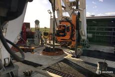 Буровая Elevation Resources в Техасе 16 мая 2016 года. Цены на нефть снизились в пятницу из-за беспокойств о продолжающемся росте числа буровых установок в США, а восстановление поставок чёрного золота из Ливии и Нигерии усугубит глобальный переизбыток на рынке нефти. REUTERS/Ann Saphir/File Photo